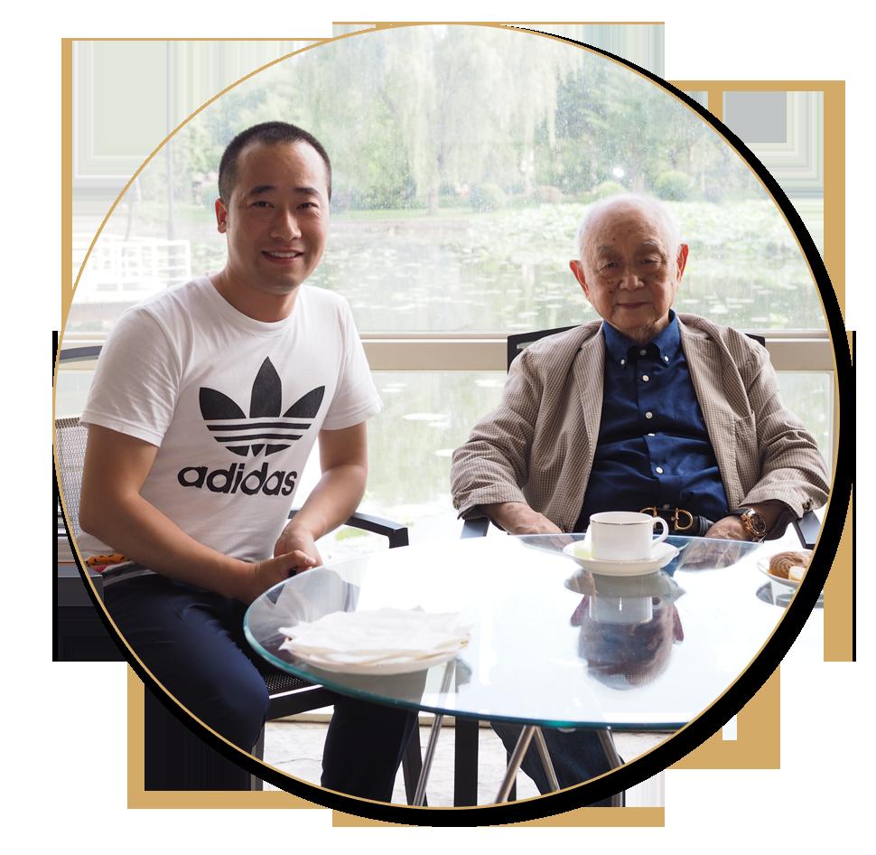 浦君艺术创始人胡桂忠与中美协原副主席黄永玉先生合影